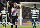Humberto Suazo (c) de Monterrey celebra un gol ante Santos, durante el partido de ida de la final de la Liga de Campeones de Concacaf, celebrado en el estadio Tecnológico de Monterrey (México)