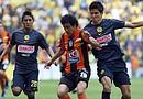 El defensa Jesús Molina (d) de América y Edy Brambila (c) de Pachuca luchan por un balón durante el Torneo de Clausura 2012 en Ciudad de México