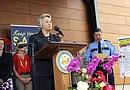 La alcaldesa de Houston, Annise Parker, explica durante una rueda de prensa los peligros que conlleva dejar a los menores sin la supervisión de un menor