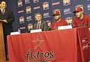 Francisco Romero la voz oficial de los partidos de los Astros en español presenta a Jeff Luhnow gerente general del equipo, a su lado José Altuve de segunda base y a J.D Martínez jardinero de los Astros en una conferencia de prensa