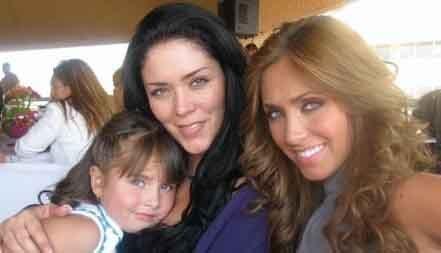 Anahi con su hermana Marichelo y su sobrina Ana Pau