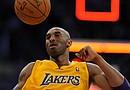 El jugador estadounidense de los Lakers de Los Ángeles Kobe Bryant celebra la victoria de su equipo en el partido de eliminatorias de la NBA disputado contra los Nuggets de Denver, en Los Ángeles, California (EEUU)