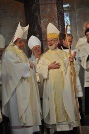 George Arthur Shelz (Decha.), nuevo arzobispo auxiliar de Houston, durante la ceremonia religiosa antes de su ordenación.