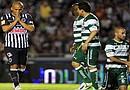 Humberto Suazo (i) de Monterrey reacciona tras una jugada ante Santos, durante el partido de vuelta de la final del Torneo Clausura 2012 celebrado en el estadio Tecnológico de la ciudad de Monterrey(México)