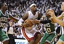 LeBRon James (2-i), alero de los de Heat de Miami es marcado por Brandon Bass (i), Ray Allen (2-d) y Greg Stiemsma (d), de los Celtics, durante el séptimo partido de la final de la Conferencia Este de la NBA, en el American Airlines de Miami, Florida (EE.UU.)