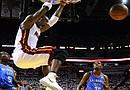 El jugador de Miami Heat Chris Bosh (c) encesta contra Oklahoma City Thunder durante el tercer juego de la final de la NBA en el American Airlines Arena de Miami, Florida (EE.UU.)