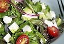 Tradicionalmente las ensaladas se componen de lechuga, tomate y cebolla. Para hacer de este plato algo más completo debe contener hidratos de carbono, vitaminas y proteínas. El atún, el salmón, el pavo, el pollo o el huevo cocido son los alimentos estrella ricos en proteínas que podemos añadir.
