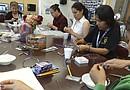 Los centros de padres y maestros voluntarios de algunas escuelas se han organizado para dictar talleres de manualidades como una forma de divertirse y relajarse durante el verano.