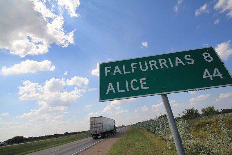 La ciudad de Falfurrias (Texas) se encuentra al sur de Houston, a casi 300 millas de distancia. En ese lugar los indocumentados tratan de evitar el último obstáculo: el punto de inspección de la Patrulla Fronteriza.