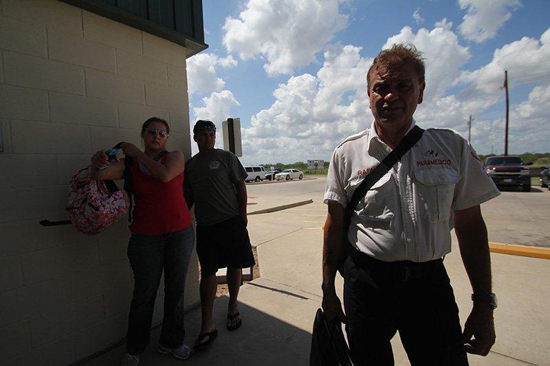 """Rafael Hernández, fundador de """"Ángeles del Desierto"""", espera a las afueras de la sede de la Oficina del Alguacil del Condado de Brooks en la ciudad de Falfurrias (Texas) junto con Iván y Lizete Quintana, quienes buscan a un amigo desaparecidos en esa zona."""