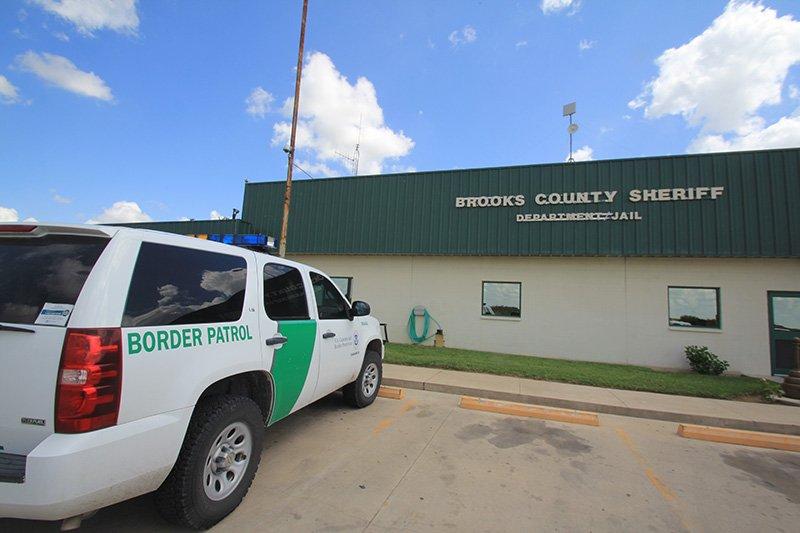 """Hernández, de """"Ángeles del Desierto"""", se reunió con las autoridades de la Oficina del Alguacil del Condado Brooks y con agentes de la Patrulla Fronteriza para exponer el caso de 35 indocumentados que continúan desaparecidos."""