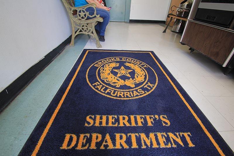 En el interior de la sede de la Oficina del Alguacil del Condado Brooks en la ciudad de Falfurrias (Texas).