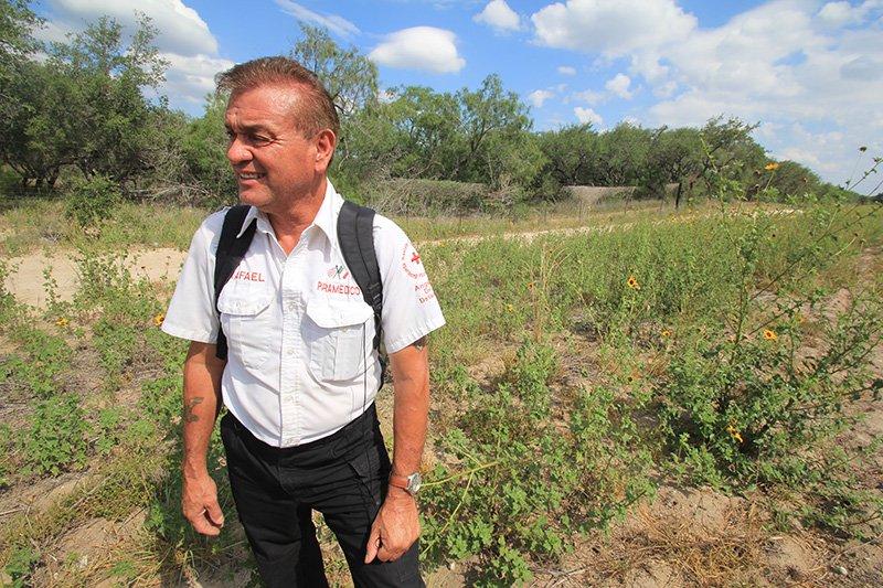 """Rafael Hernández, fundador de """"Ángeles del Desierto"""", inspecciona la zona a los alrededores de Falfurrias donde intentará la búsqueda de inmigrantes reportados como desaparecidos."""