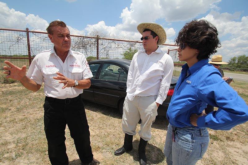 """Rafael Hernández, fundador de """"Ángeles del Desierto"""", junto a un par de voluntarios de Houston que viajaron a la zona para ayudar en la búsqueda de inmigrantes desaparecidos."""