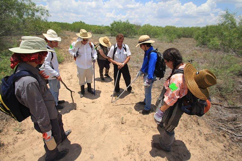 """El grupo de voluntarios de Houston escuchan las indicaciones de Rafael Hernández, fundador de """"Ángeles del Desierto"""", momentos previos al inicio de la búsqueda de inmigrantes cuyo paradero es desconocido."""