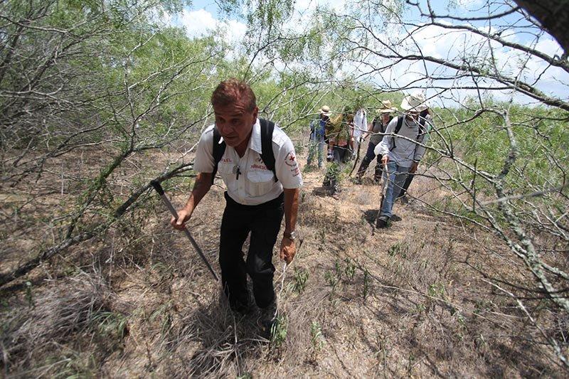 Sortear las ramas y el inhóspito terreno en la zona de Falfurrias no es tarea fácil y se dificulta cuando los inmigrantes deben incursionar con ropa liviana y sin alimentos.