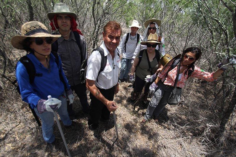 El grupo de voluntarios hace una pausa durante su incursión en los terrenos de Falfurrias, donde se han reportado la desaparición de decenas de inmigrantes indocumentados.