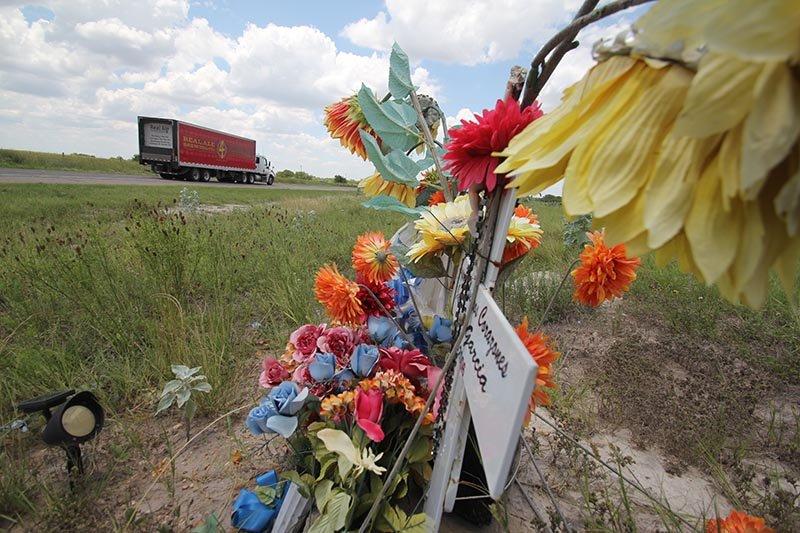 Esta escena es común en los alrededores de Falfurrias. El recuerdo de los familiares para el inmigrante que cruzó la frontera pero no pasó.