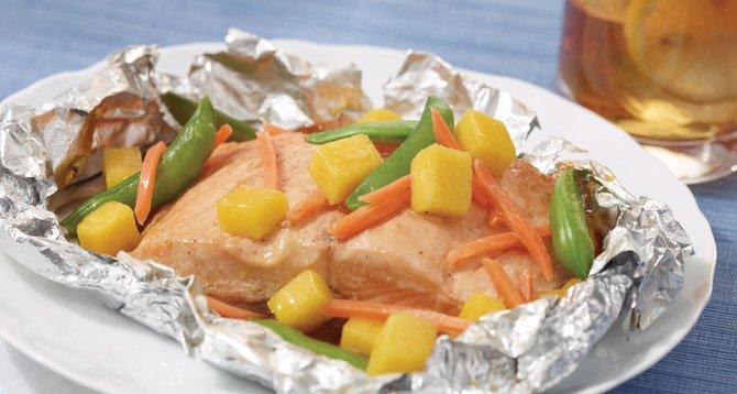 Salmón envuelto en papel aluminio con mango, zanahoria y arvejas chinas