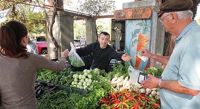 Ching Thao vende verduras frescas en un Mercado de Campesinos en Fresno, California.