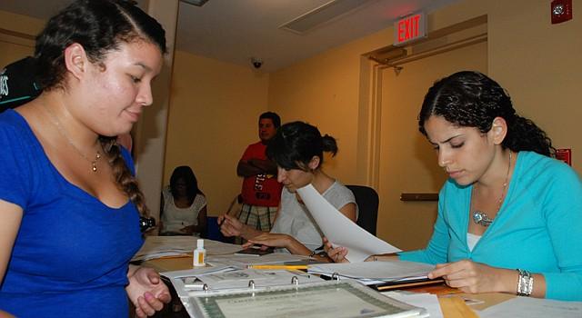 Fátima Coreas y la abogada Johana Torres, en CASA de Maryland.
