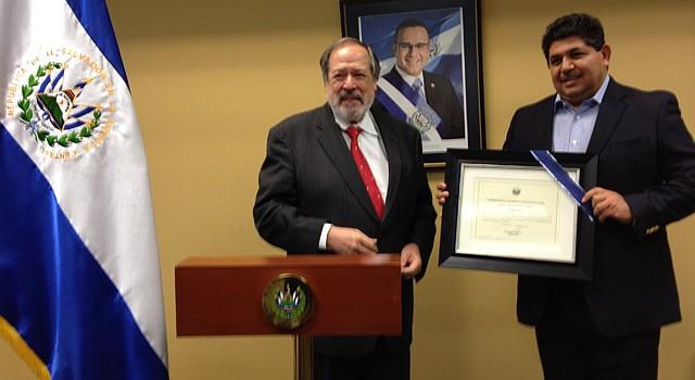 El embajador de El Salvador, Francisco Altschul y el activista Elmer Arias.