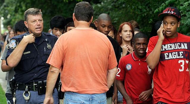 La Policía se mueve entre los estudiantes de la secundaria Perry Hall en Baltimore, luego de la balacera el lunes 27 de agosto.