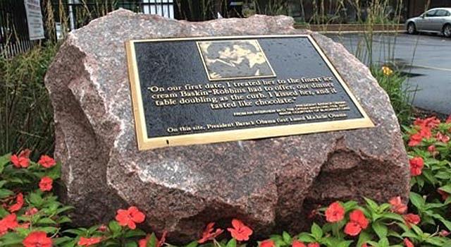 Placa conmemora el primer beso de los Obama, en Chicago, en 1989.