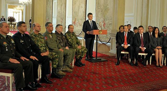 El mandatario Juan Manuel Santos (centro), acompañado de su gabinete y de la cúpula militar el martes 4 de septiembre.