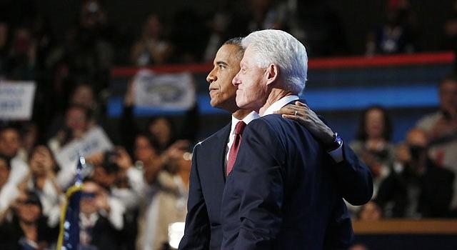UNIDOS. El presidente Barack Obama (izq.) abraza al ex mandatario Bill Clinton el miércoles 5 en Charlotte.