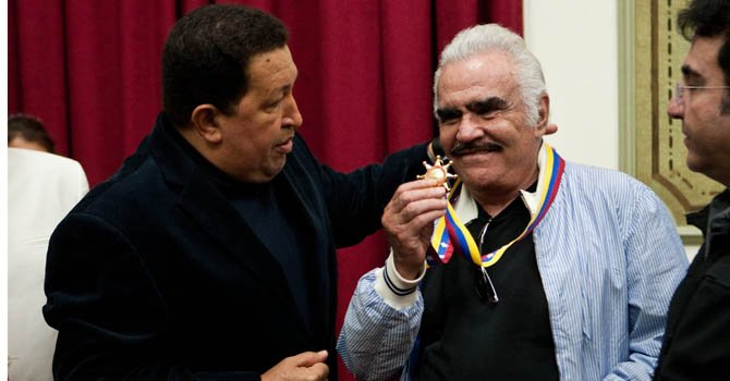 Chávez condecora a Vicente Fernández