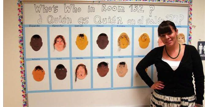 Maestra recibe por su trabajo con niños de minorías