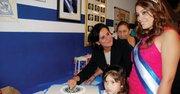La cónsul de El Salvador, Celia Medrano (con el pastel).