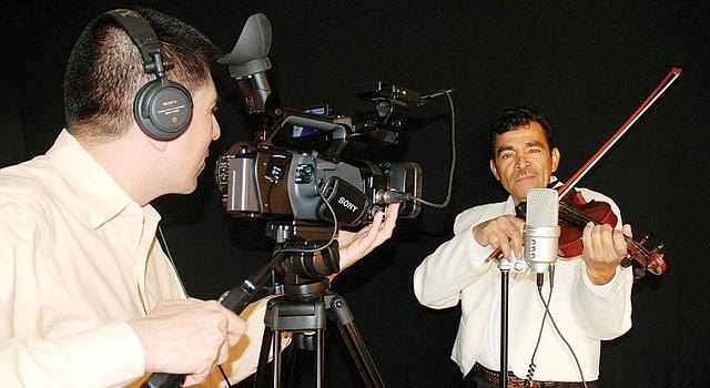 """RODAJE. Tomás Guevara (izq.), productor de """"Chanchona: la música en el alma"""", y Trinidad Lovo, uno de los protagonistas del documental."""