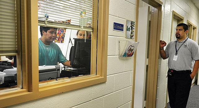 OPORTUNIDAD. El estudiante detenido Francisco Ramírez (izq.) en el Centro de Detención Juvenil en Fairfax.