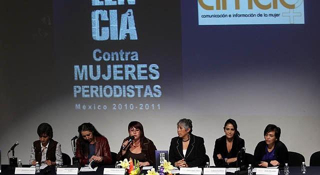 De izquierda a derecha, la periodista Elia Baltazar, la feminista y etnóloga Marcela Lagarde, la coordinadora de redes de periodistas, Yunuhen Rangel, la directora general de CIMAC, Lucía Lagunes, y las periodistas Lydia Cacho y Anabel Hernández.