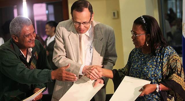 El presidente de la Asamblea Nacional de Nicaragua, René Núñez (centro), junto a la representante de los consejos regionales de la Costa Caribe, Vernardine López y el diputado y presidente de la comisión de asuntos indígenas, Brooklyn Rivera.