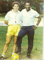 CON SU ÍDOLO. Duperier con Pelé, en los 80.