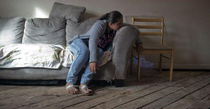 QUEJA. Jessi Aceituno, de 22 años, y su familia dicen que viven en un apartamento con pisos decadantes.