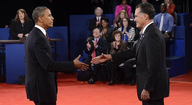 El presidente Barack Obama (izq.), estrecha la mano del candidato republicano, Mitt Romney el martes 16 de octubre.
