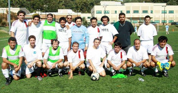 El equipo de Walter Tejada que participó en el partido de fútbol amistoso para promover el voto.