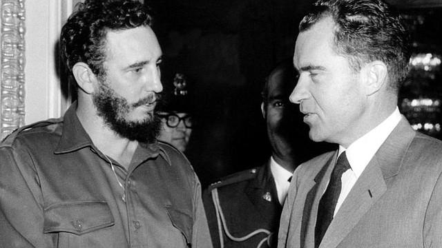 Fidel Castro (izq.) en abril de 1959, a tres meses de la revolución, saluda en Washington DC al entonces vicepresidente Richard Nixon.