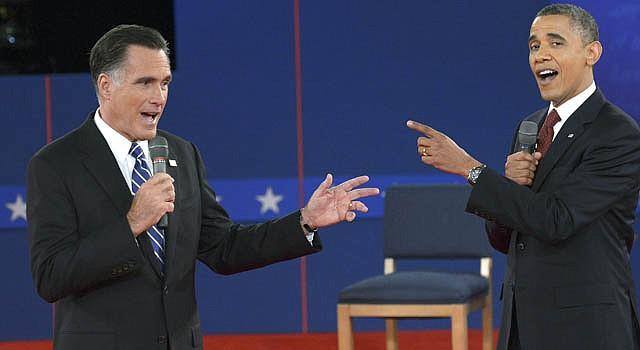 El presidente Barack Obama (izq.), y el candidato republicano, Mitt Romney, durante el segundo debate el 16 de octubre.