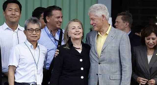 La secretaria de Estado Hillary Clinton (izq.) junto al ex presidente Bill Clinton y la secretaria del Trabajo Hilda Solis en la apertura de un parque industrial en Caracol, Haití, el lunes 22.