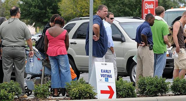 Decenas de personas esperan en octubre de 2008 para votar por adelantado en las pasadas elecciones presidenciales.