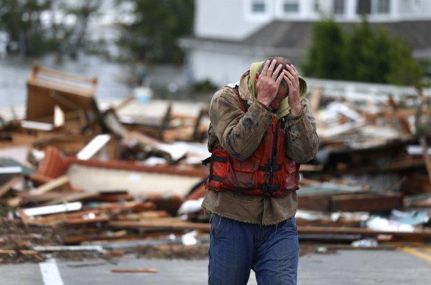 Brian Hajeski ante el desastre de Sandy en Brick, Nueva Jersey. AP
