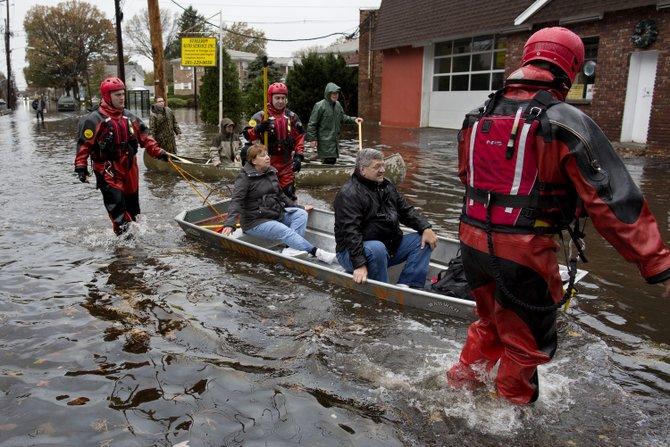 En la ciudad de Little Ferry, Nueva Jersey, rescatistas ayudan el 31 de octubre a los residentes. AP