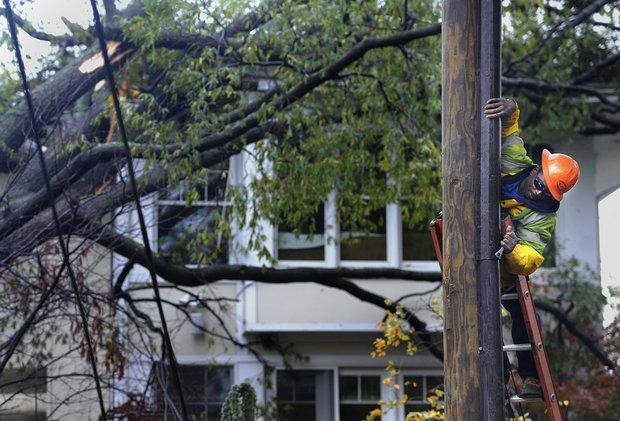 Más de 7 millones de hogares y negocios en la Costa Este perdieron la electricidad a causa de Sandy. En la foto un trabajador de la compañía Pepco hace reparaciones en Maryland. TWP