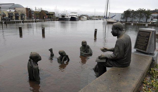 El agua alcanzó a un emblemático monumento en Annapolis, Maryland. AP