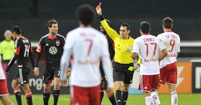 El hondureño Andy Najar (izq.) del D.C. United abandona el terreno de juego del RFK luego de ser expulsado por el árbitro principal del partido ante New York Red Bulls, el sábado 3.